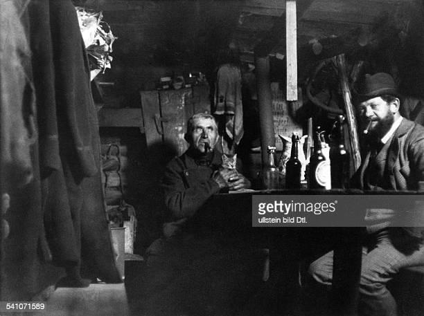 Heinrich Zille *10011858Bildender Künstler Zeichner Fotograf Dmit dem Wächter der Charlottenburger Kiesgruben am Reichskanzlerplatz in Berlin 1899