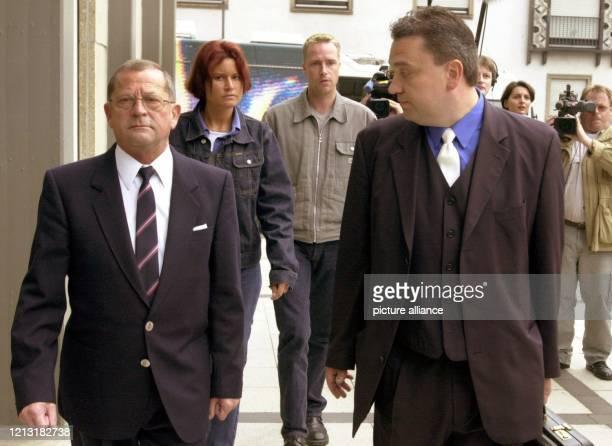 Heinz Becker , Nebenkläger im Prozess gegen Zurwehme und Bruder eines Mordopfers, und sein Anwalt Ralf Kurtenacker sind am 4.5.2000 auf dem Weg zum...