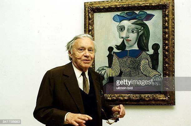Heinz Berggruen*-+Kunsthändler, Kunstsammler; Deutschland/FrankreichPorträt vor dem Gemälde 'Der gelbe Pullover' von Pablo Picasso aus Berggruens...