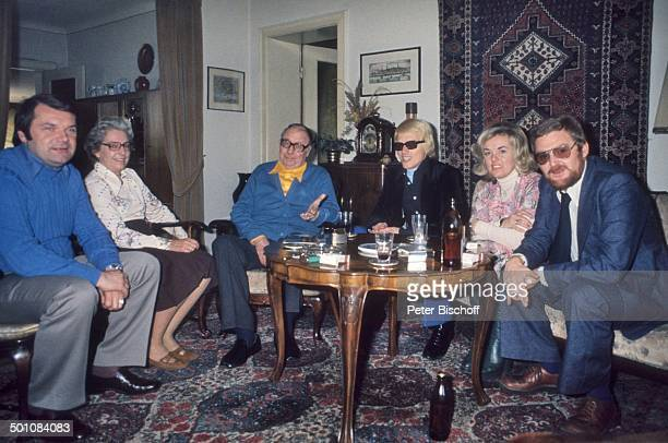 Heinz Erhardt (3.v.li.,, , Ehefrau Gilda Erhardt , Heino , Ehefrau Lilo Kramm , Manager Horst Klemmer , Manager Hans Herrrmann Müller , Homestory,...