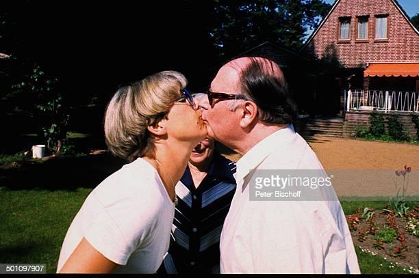 Heinz Erhardt Ehefrau Gilda Tochter Verena Haacker Homestory Hamburg Deutschland Europa Garten Kuss küssen nach Schlaganfall 1972 Brille Schauspieler...