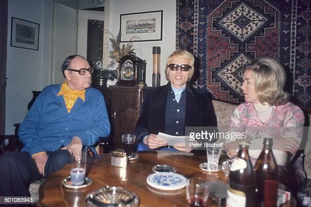 Heinz Erhardt mi Heino Ehefrau Lilo Kramm Homestory Besuch von Heino Hamburg Deutschland Europa Wohnzimmer Brille abgedunkelte Gläser Flasche Bier...