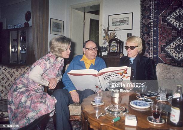 Heinz Erhardt mi Heino Ehefrau Lilo Kramm Homestory Besuch von Heino Hamburg Deutschland Europa Wohnzimmer Brille abgedunkelte Gläser Glas Getränk...