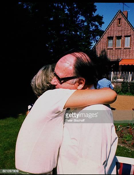 Heinz Erhardt Tochter Verena Haacker Homestory Hamburg Deutschland Europa Garten umarmen nach Schlaganfall 1972 Brille Schauspieler Komiker Komödiant...