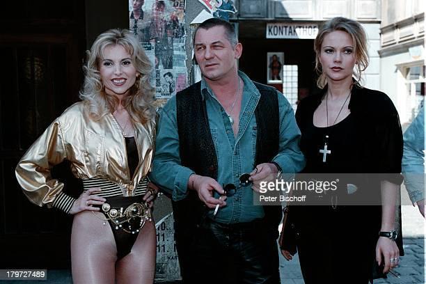 Heinz Hoenig als 'Sugar' Ania Rudy als'NachtclubTänzerin' und eine Statistinauf dem Kiez bei den Dreharbeiten zum SAT1Fünfteiler 'König von St Pauli'