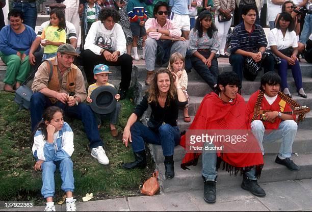 Heinz Hoenig daneben Sohn Lukas Tochter Paula Ehefrau Simone Einheimische Urlaub Quito Ecuador Südamerika Mütze BaseballKappe Familie...