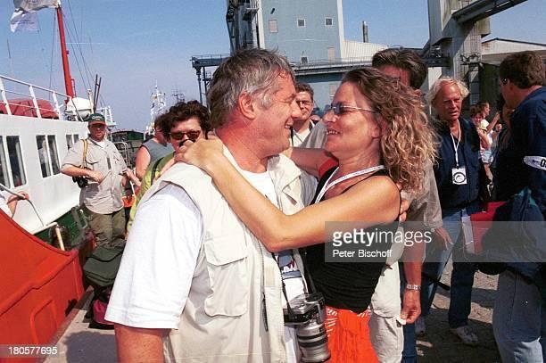 "Heinz Hoenig, Ehefrau Simone Hoenig, ""Royal Fishing Jugendangeln 2001"", Heiligenhafen , MS ""Stromer II"", umarmen,"