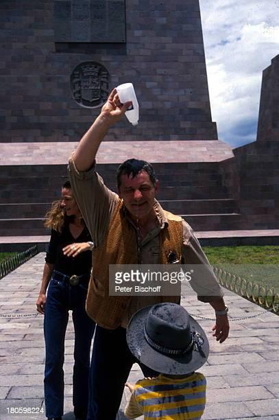 """Heinz Hoenig, Ehefrau Simone Hoenig, Sohn Lucas Hoenig, """"Äquatormonument"""", Äquatortaufe, 40 km. Nördlich von Quito , Familie, Urlaub,"""