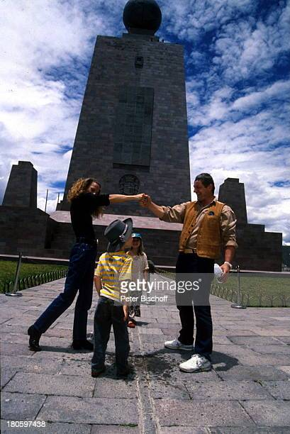 Heinz Hoenig Ehefrau Simone Hoenig Tochter Paula Hoenig Sohn Lucas Hoenig Familie Äquatormonument Äquatortaufe 40 km nördlich von Quito Urlaub
