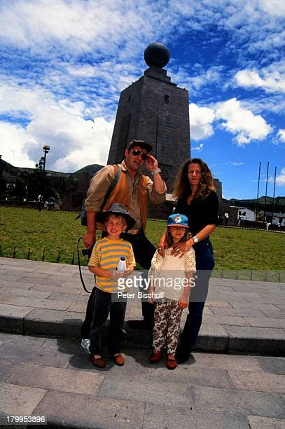 Heinz Hoenig Ehefrau Simone TochterPaula Sohn Lukas Urlaub Mittelpunktder Welt Ecuador/SüdamerikaSonnenbrille Mütze Familie