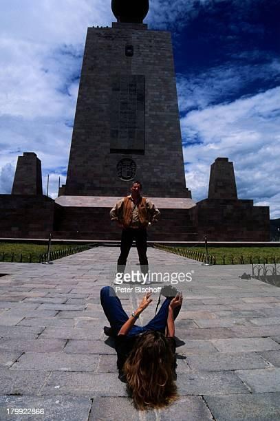 """Heinz Hoenig, Ehefrau Simone, Urlaub,;""""Mittelpunkt der Welt"""",;Ecuador/Südamerika, Fotoapparat,"""