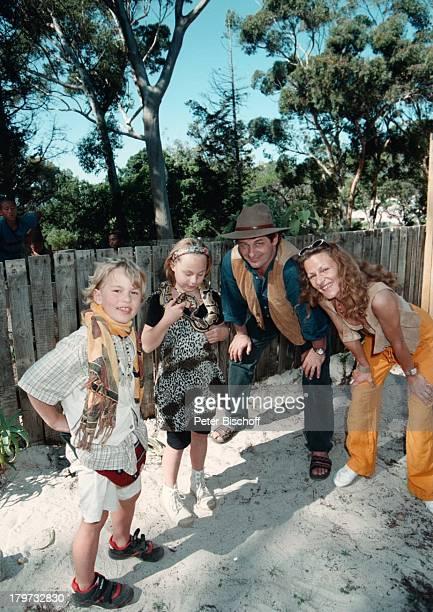 Heinz Hoenig mit Ehefrau Simone und seinen Kindern Paula und Lukas Schlangenfarm bei Kommetjie Python Schlange Tier Urlaub Familie Kind Schauspieler...