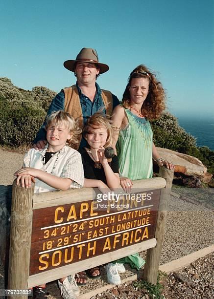 Heinz Hoenig mit Ehefrau Simone und seinen Kindern Paula und Lukas Cape Point / Kap der guten Hoffnung bei Kapstadt Südafrika Afrika Urlaub Schild...