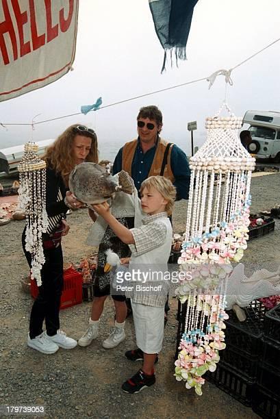Heinz Hoenig mit Ehefrau Simone undKindern Paula Lukas Camps Bay Südafrika Afrika Urlaub Einkaufsbummel Familie Schauspieler