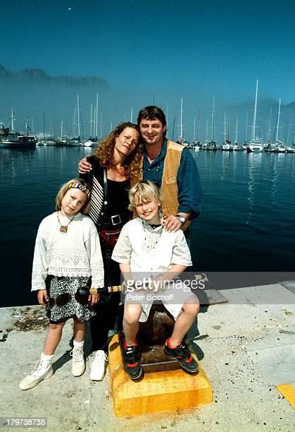 Heinz Hoenig mit Ehefrau Simone undKindern Paula Lukas Hout Bay Südafrika Afrika Urlaub Hut Familie Schauspieler