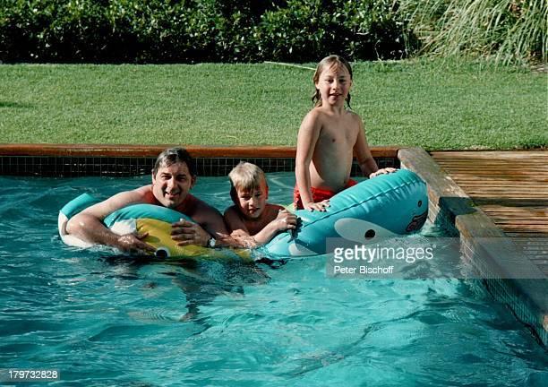 Heinz Hoenig mit seinen Kindern Paula und Lukas SwimmingPool Mietvilla Kapstadt Südafrika Afrika Urlaub Kind Schauspieler