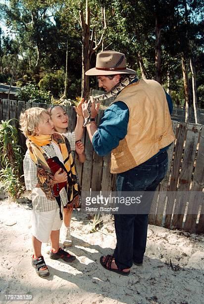 Heinz Hoenig mit Tochter Paula und SohnLukas Schlangenfarm bei Kommetjie Afrika Urlaub Schlange Tier
