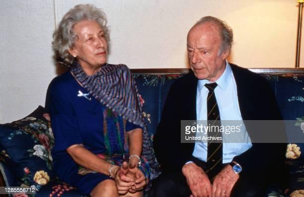 Heinz Rühmann, deutscher Schauspieler und Regisseur, mit Ehefrau Hertha Droemer, geb. Wohlgemuth, in Hamburg, Deutschland 1989.