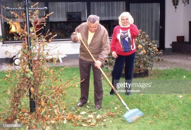 Heinz Schenk, deutscher Showmaster, Schauspieler und Sänger, bereitet sich mit Ehefrau Gerti auf den Herbst vor, Wiesbaden, Deutschland 1988.