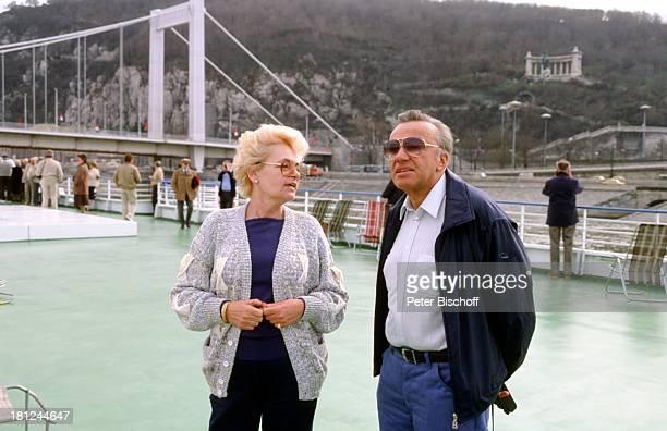 """Heinz Schenk, Ehefrau Gertie Schenk, Urlaub, Donaufahrt mit MS """"Moldavia"""", Donau, Budapest/Ungarn, , Motorschiff, Schauspieler, Brücke, Fluss,..."""