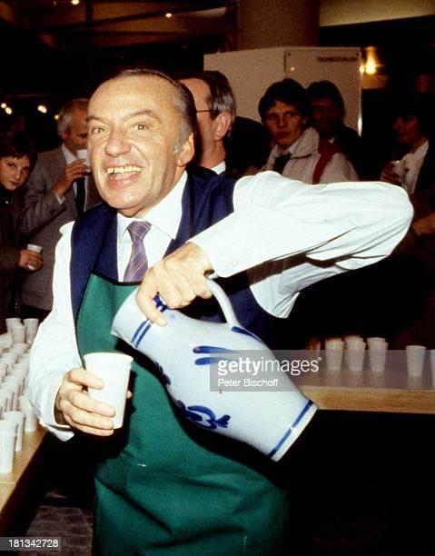 Heinz Schenk im Anschluß an die ZDFShow Wetten daß Hagen Deutschland Weste Schürze Krawatte Schlips Wein Apfelwein Alkohol Getränk Moderator...