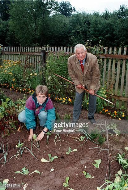 Heinz Sielmann, junger Besucher,;Natur-Erlebnispark für Kinder;, Harke, Blumen, Garten-Arbeit,;Gartenarbeit,