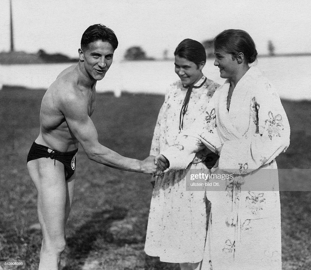 Heitmann, August - Sportsman, swimmer, GermanyGerman Swimming Championships Duesseldorfthe swimmers Anni und Hanni Rehborn congratulating the new 100 meter champion - Photographer: Gerhard Riebicke- Published by: 'Berliner Illustrirte Zeitung' 33/192 : Nachrichtenfoto