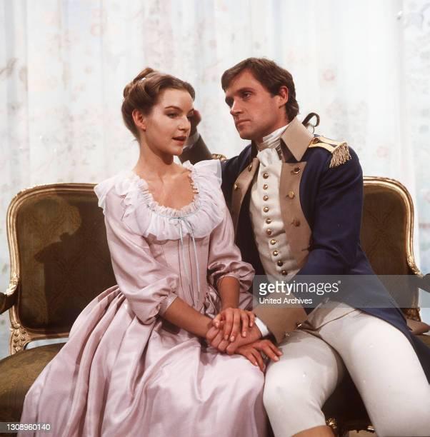 Held Fernando verläßt seine Frau Cäcilie, wegen seines Freiheitsdranges und seiner Suche nach neuem Glück, das er bei Stella findet. Doch auch Stella...