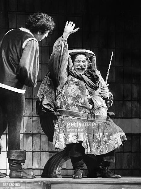 Held Martin Schauspieler D als Falstaff mit Volker Brandt als Prinz von Wales in dem Stueck 'Koenig Heinrich der Vierte' von Shakespeare Regie Ernst...