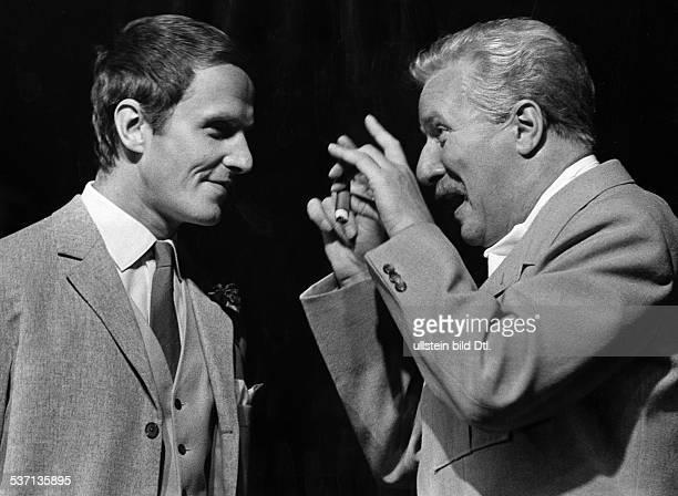 Held Martin Schauspieler D mit Harry Meyen in dem Stueck 'General Quixotte' von Jean Anouilh Schlosspark Theater Berlin 1959