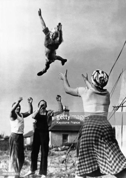 Helen Bridge sept ans est l'acrobate la plus jeune du RoyaumeUni et appartient à un cirque ambulant où elle est jetée en l'air par des adultes au...