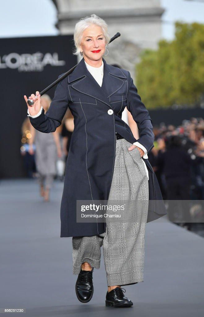 Le Defile L'Oreal Paris : Runway  - Paris Fashion Week Womenswear Spring/Summer 2018 : Nachrichtenfoto