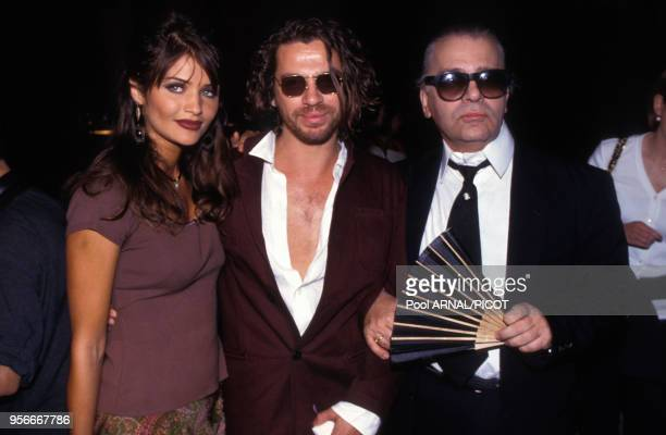 Helena Christensen, Michael Hutchence et Karl Lagerfeld lors du défilé haute couture de Chanel en juillet 1992 à Paris, France.