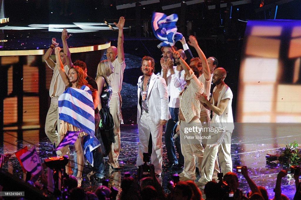 Helena Paparizou und Tänzer (vo., mi. und dahinter in weiß, Sieg : News Photo