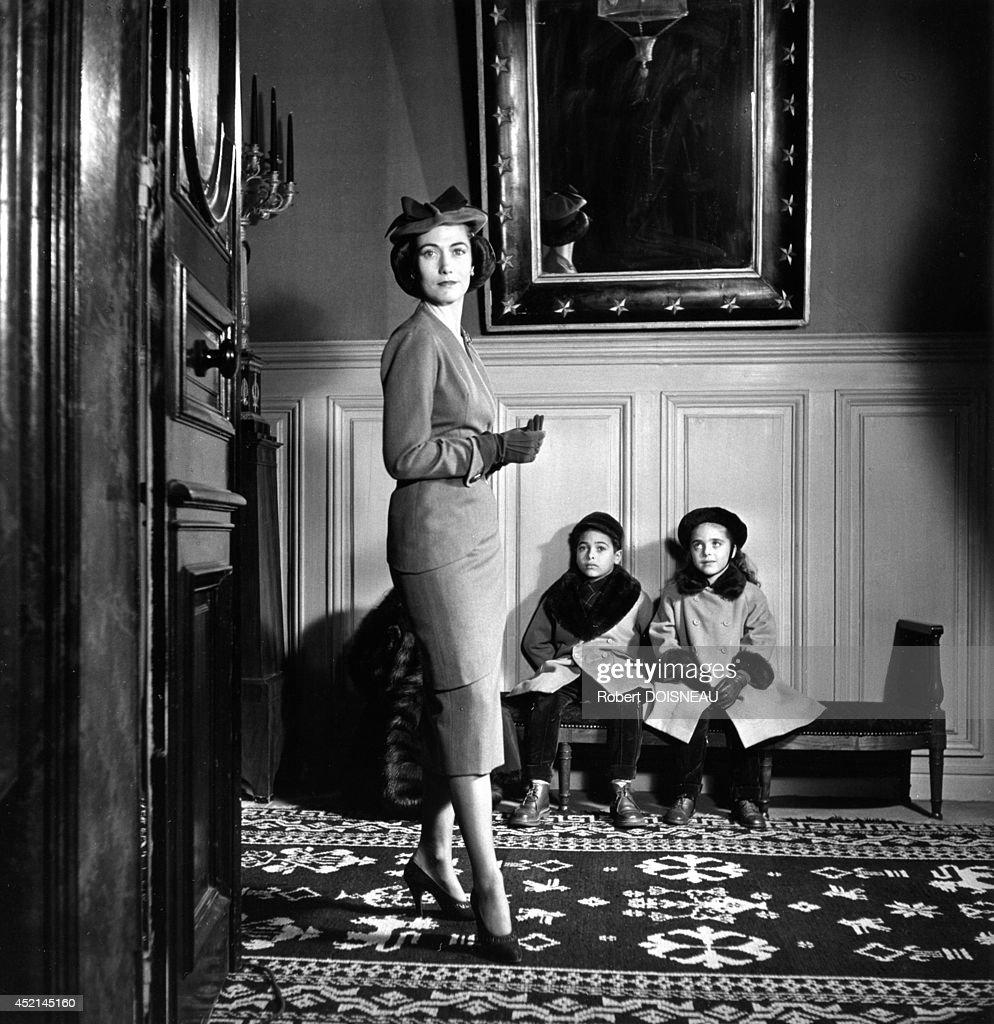 helene rochas and her children 1951 in paris france ニュース写真