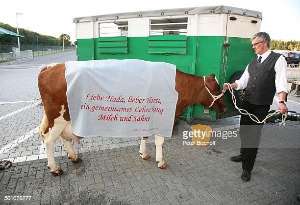 Helfer mit Hochzeitsgeschenk von J o h a n n L a f e r Hochzeitsfeier nach standesamtlicher Trauung von Bräutigam Horst Lichter und Braut Nada...