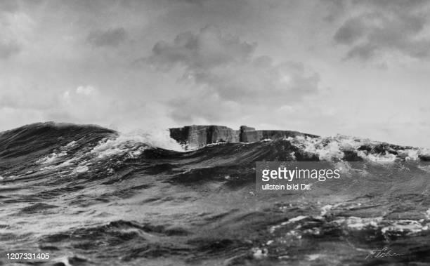 waves in the foreground undated Vintage property of ullstein bild 22