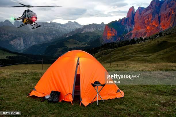 ヘリコプター ドロミテ アルプスのキャンプに到着 - カナツェイ ストックフォトと画像