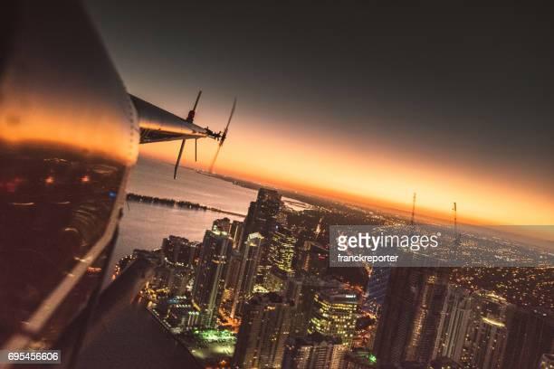 Hubschrauber fliegen über der Innenstadt von Miami