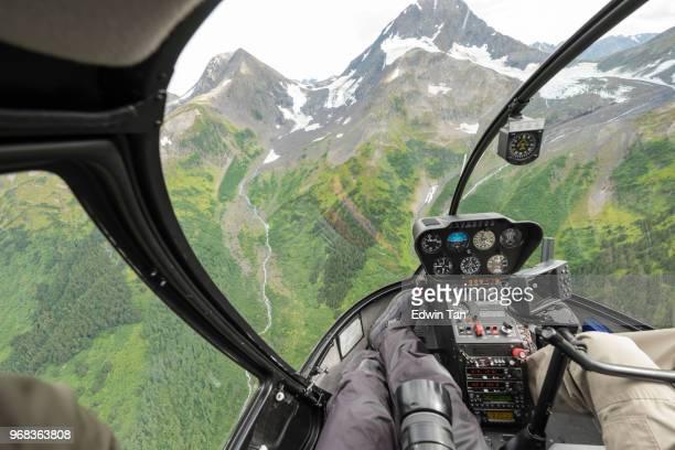 paseo en helicóptero a la montaña de la nieve del glaciar en alaska, estados unidos - paisajes de alaska fotografías e imágenes de stock