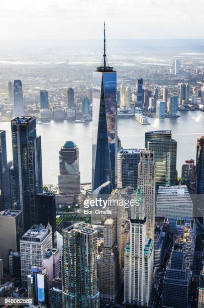 vista del downtown de manhattan island, nueva york, en helicóptero al atardecer - manhattan fotografías e imágenes de stock