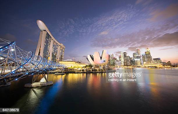 helix bridge, marina bay at night - marina bay sands stock-fotos und bilder