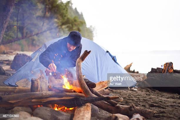 Er hält das Feuer Brennen