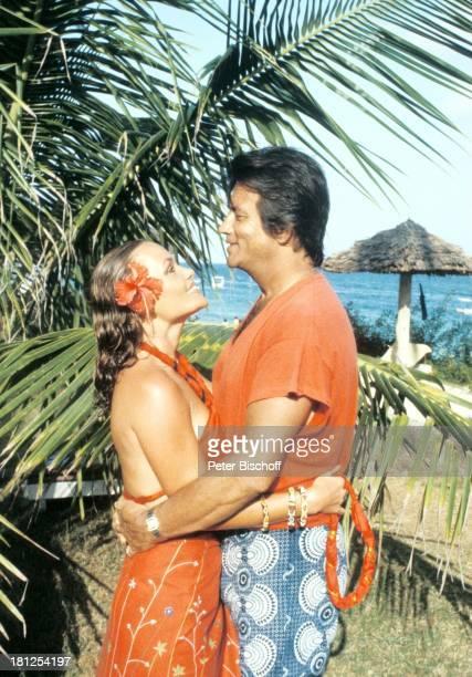 Hella Brice Ehemann Pierre Brice neben den Dreharbeiten zur ZDFReihe Traumschiff Hotel Severin Sea Lodge Folge 8 Kenia Ausflug Mombasa/Kenia/Afrika...