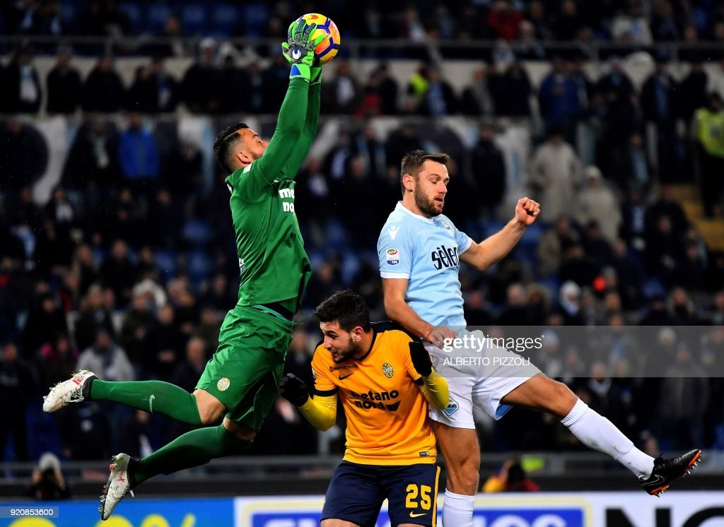 Hellas Verona's Brazilian goalkeeper Nicolas Andrade (L) vies with Lazio's defender from Netherlands Stefan de Vrij (R) during the Italian Serie A football match Lazio vs Verona on February 19, 2018 at Olympic stadium in Rome. /