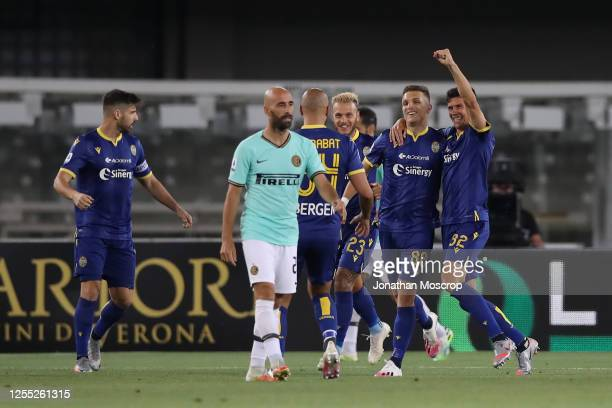 Hellas Verona's Serbian midfielder Darko Lazovic celebrates with team mates after scoring to give the side a 10 lead during the Serie A match between...