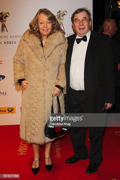 Hellmuth Karasek Mit Ehefrau Dr. Armgard Karasek Bei Der 45. Verleihung Der Goldenen Kamera In Der Ullstein Halle In Berlin .