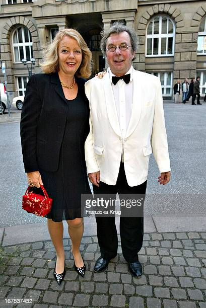 Hellmuth Karasek Und Ehefrau Armgard Bei Der Ankunft Zur Verleihung Der Goldenen Feder In Der Handelskammer In Hamburg Am 140504