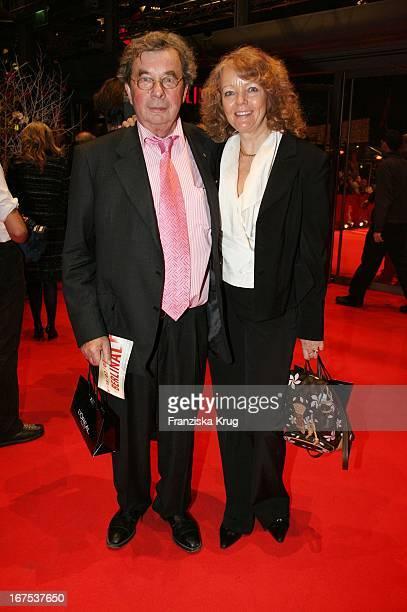 """Hellmuth Karasek Und Ehefrau Armgard Bei Der Party Nach Der Eröffnung Der 57. Internationalen Berlinale Mit Dem Film """"La Vie En Rose"""" In Berlin"""