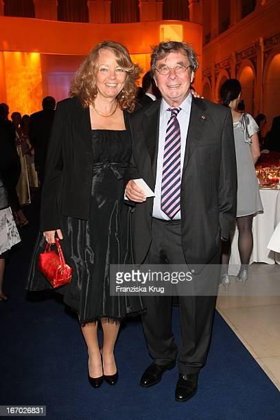 Hellmuth Karasek Und Ehefrau Armgard Bei Der Verleihung Der Goldenen Feder In Der Handelskammer In Hamburg Am 230508